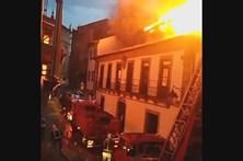 Fogo coloca casas em risco em Guimarães
