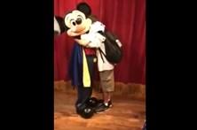 Rapaz cego emociona-se em encontro com Mickey