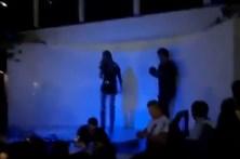 Maria Leal cai em palco durante atuação