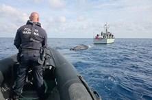 Lancha suspeita à deriva no mar