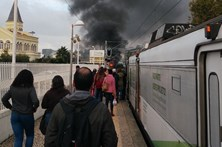 Incêndio no Tamariz impede circulação de comboios em Cascais