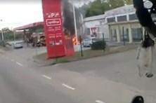 Carro em chamas em bomba de gasolina