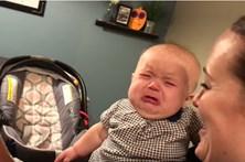 Bebé tem crise de ciúmes ao ver os pais a beijarem-se