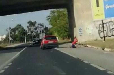Condutor atropela ciclista de propósito e foge