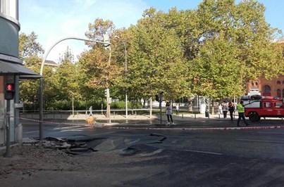 Rutura de conduta de água corta trânsito no Campo Pequeno