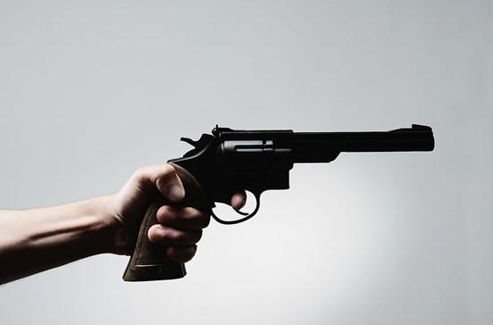 Ataca ex-patroa em casa com pistola de brincar