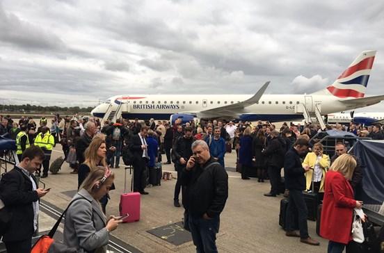 Aeroporto em Londres evacuado devido a incidente químico