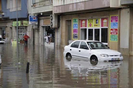Forte chuva fecha Loja do Cidadão de Faro