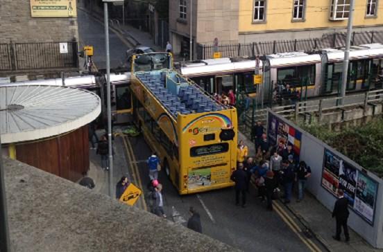 Autocarro turístico colide com elétrico