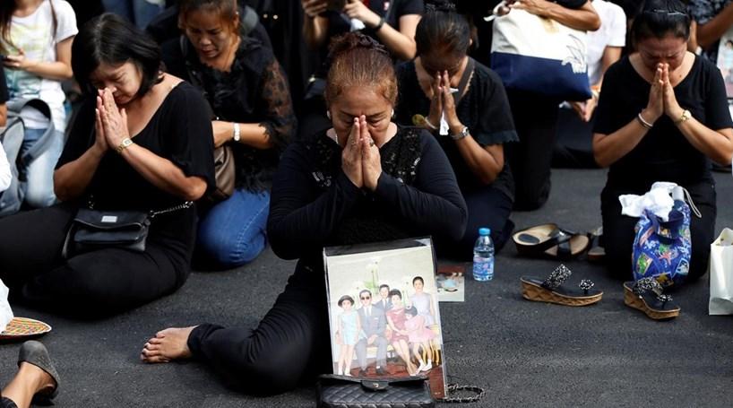 Tailandeses vestem-se de preto durante um ano pela morte do rei