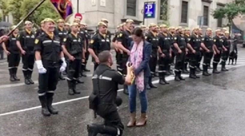 Propõe casamento em parada militar