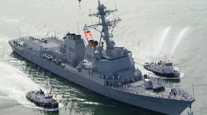 Navio de guerra norte-americano atacado com mísseis
