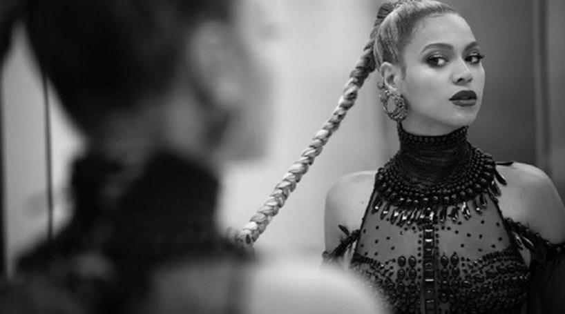 Beyoncé rasga orelha em palco e continua espetáculo