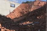 Queda de telhado provoca três feridos