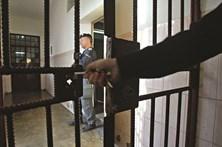 Servente viola ex-namorada e acaba preso