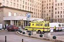 Médicos exaustos e mal pagos seguram Serviço Nacional de Saúde