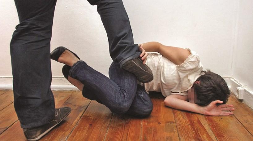 Apanhado em flagrante a agredir 'ex'