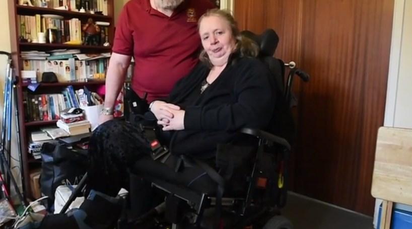 Paraplégica falha casamento do filho porque táxi não aparece