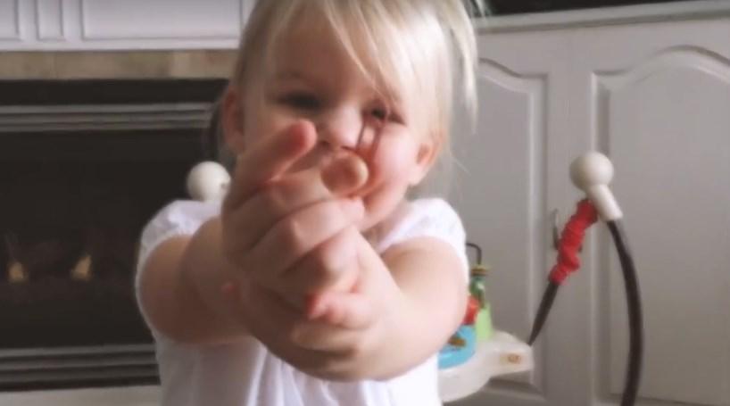Criança recebe clipe para papel e a resposta é emocionante