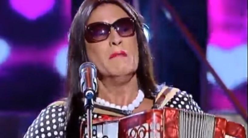 """Goucha canta """"Eu levo no pacote"""" vestido de Rosinha"""