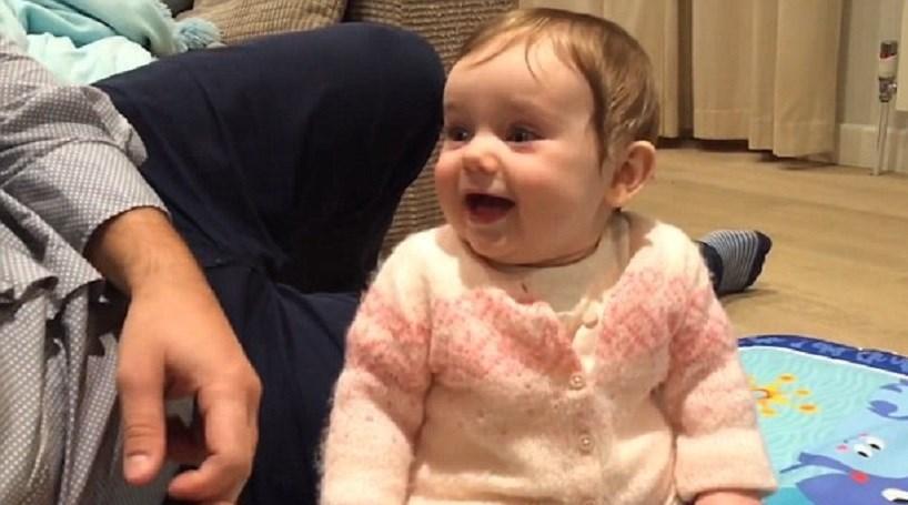 Bebé sempre a rir ao ouvir a mesma palavra
