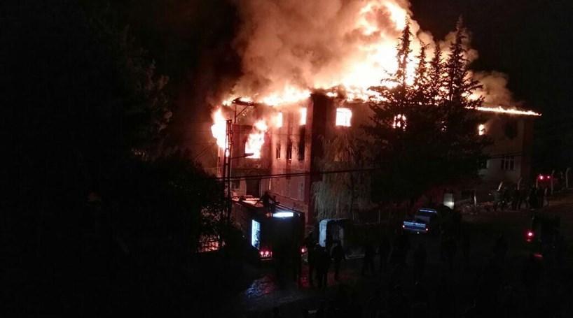 Seis detidos após incêndio mortal em dormitório feminino