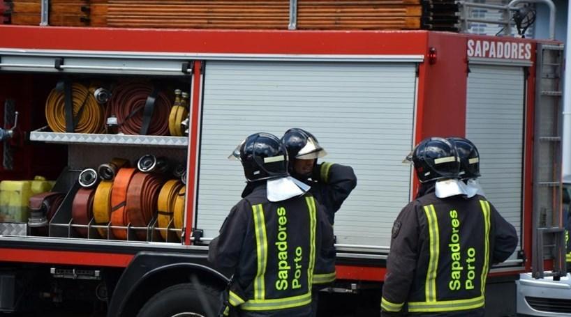 Incêndio destrói casa devoluta no Porto