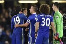 Manchester City e Chelsea acusados de falharem no controlo dos futebolistas