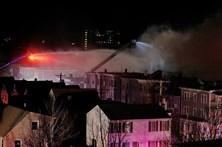 Dois polícias e um bombeiro feridos em incêndio