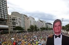 Milhares de brasileiros enchem as ruas contra a corrupção