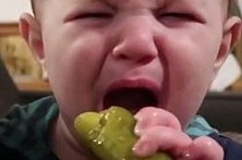 Bebé não sabe se gosta ou não de pickles