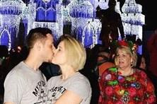 Olhar reprovador estraga foto romântica