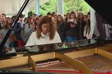 Pianista leva música à escola