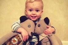 Filho de polícia assassinado recebe peluches com farda do pai
