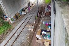 Acampam ilegamente junto à linha ferroviária