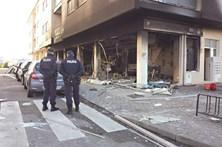 Homem em chamas na rua após explosão