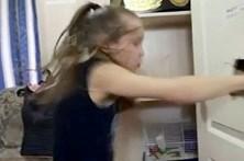 Pugilista de nove anos fura porta a murro