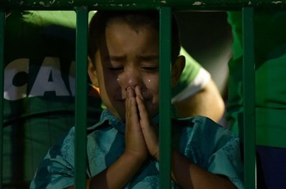 Crianças choram tragédia que matou jogadores da Chapecoense