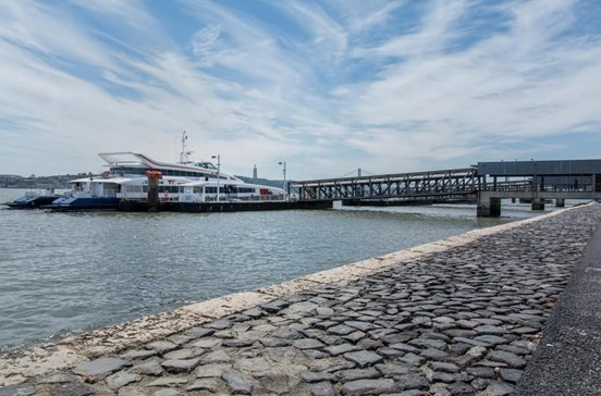 Falta de barcos para o Seixal provoca caos no Cais do Sodré