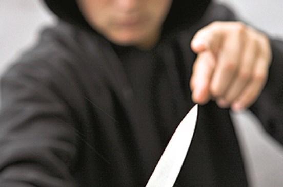 Turista ameaçada com faca em roubo