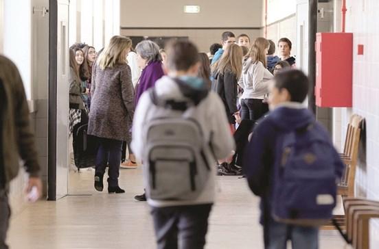 Falta de funcionários faz com que alunos tenham aulas 'à vez'