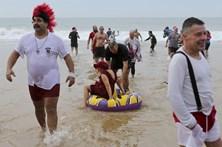 Centenas dão o primeiro mergulho do ano