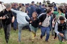 Repórter que pontapeou refugiados proibida de entrar no parlamento húngaro