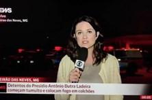 Jornalista agredida em direto junto a prisão