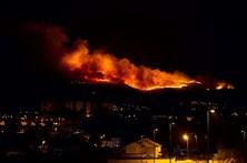 Fogo fora de época mobiliza 72 bombeiros no Alvão