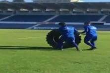 Jogadores do Belenenses oferecem pneu gigante a Quim Machado
