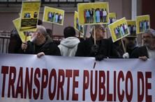 Utentes dos transportes de Lisboa entregam manifesto na residência de Costa