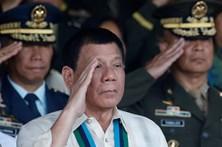Presidente das Filipinas diz a padres e bispos para consumirem droga