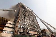 Poucas esperanças em encontrar sobreviventes no prédio que matou 25 bombeiros