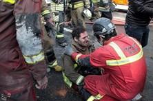 Bombeiros em pânico após colapso de edifício